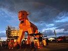 "D�ev�ný ""Trojský Kozel"" z velkopopovického pivovaru je nejv�t�í na sv�t�. Vá�í p�t tun a je dlouhý 7,4 metru. Pivovar jej vyrobil pro ú�ely oslav 140. výro�í zalo�ení. Kozel doputoval i na Slovensko."