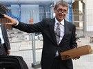 Ministr financí Andrej Babiš přinesl prezidentu Miloši Zemanovi k 70....
