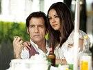 Clive Owen a Mila Kunisová ve filmu Pokrevní pouto (2013)