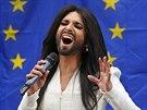 Conchita Wurst zpívala před europarlamentem (Brusel, 8. října 2014).