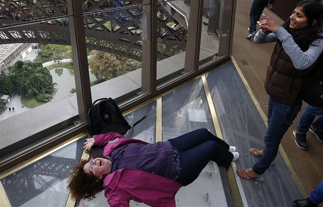 Nová prosklená podlaha Eiffelovy v�e vybízí náv�t�vníky ke kreativit�. Na...