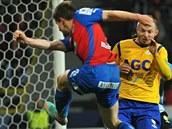 BUDE TO GÓL? Plzeňský fotbalista Václav Pilař (vlevo) se snaží vstřelit branku v utkání s Teplicemi.