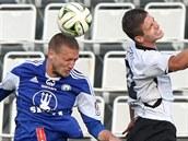 Olomoucký Martin Šindelář (vlevo) v hlavičkovém souboji v utkání proti Vlašimi.