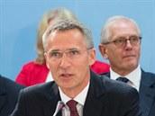 Bývalý norský premiér Jens Stoltenberg první den ve funkci generálního tajemníka NATO. Snímek je z jednání Severoatlantické rady.