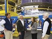 Zástupkyně šéfa NASA Lori Garverová (třetí zprava) naexkurzi vcentrále...