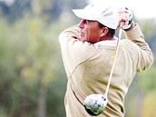 KAM LETÍ. Ivan Lendl p�i golfu na �erném Most�.