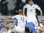 BLÁZNIVÁ RADOST. Slováci se radují z gólu Miroslava Stocha (bez dresu) v utkání