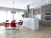 Kuchy�ský ostr�vek je situován tak, aby z hlavního prostoru nebyla vid�t varná...