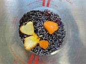 Sušené květy levandule, čerstvá pomerančová kůra, meduňka, máta, jablečník a...
