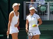 Andrea Hlaváčková a Čeng Ťie se radí před výměnou ve Wimbledonu