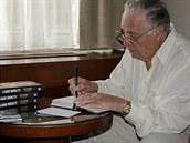 Spisovatel Frederick Forsyth podepisuje české vydání jeho zatím poslední knihy Seznam smrti(26. září 2014)