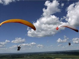 Na nedalekém vrchu Kozákov si můžete vyzkoušet i paragliding