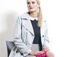 Veronika má na sobě: šaty, trenčkot a rukavice, Marks & Spencer; boty, Minelli