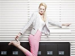 Veronika má na sobě: top, vlastní; sako, Topshop; kalhoty, Marks & Spencer;...