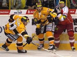 Litvínovský Juraj Majdan se natahuje po puku před svým spoluhráčem Františkem Lukešem (uprostřed) a Pavlem Paterou z Olomouce.