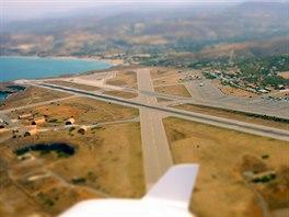 Letiště Heraklion po startu. Poloha ve druhé zatáčce pravého okruhu dráhy 27
