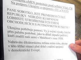 Výzva premiéru Bohuslava Sobotkovi, kterou novinářům rozdali protestující muži...