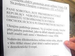 V�zva premi�ru Bohuslava Sobotkovi, kterou novin���m rozdali protestuj�c� mu�i...