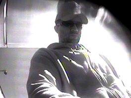 Záběr na muže, který se na Frýdecko-Místecku vydává za falešného policistu. (8....