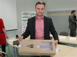 Jan Bestetti ukazuje fairbox, tedy průhlednou krabici.