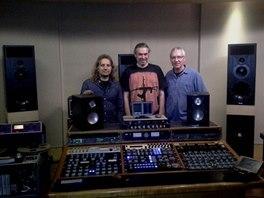 Zleva Pavel Bohatý, Andy Baldwin a Pavel Skála v londýnském studiu Metropolis