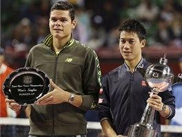 Poražený finalista Milos Raonic (vlevo) a vítězný Kei Nišikori po finále