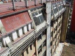 Vnitroblok továrního objektu před rekonstrukcí. Jsou vidět kanceláře-ateliéry
