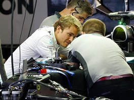 Nico Rosberg debatuje s mechaniky Mercedesu v průběhu tréninků na Velkou cenu...