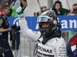 Nico Rosberg se raduje z triumfu v kvalifikaci na Velku cenu Japonska.
