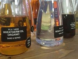 Bez spousty lahví s olejem se výroba přírodní kosmetiky zcela určitě neobejde. V hojném množství se používá olivový, sezamový, slunečnicový či olej z pšeničných klíčků. Ideálně v bio kvalitě.