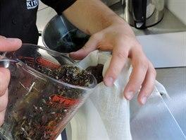 Bylinkový odvar se musí přecedit přes plátno, aby ve výsledném výrobku neplavaly usazeniny. Léčivé bylinky a aromatické květiny tvoří srdce finálního sprchového gelu.