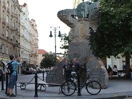 V pražských ulicích se najdou podivné artefakty. Na Kampě čurají dva chlapi na...