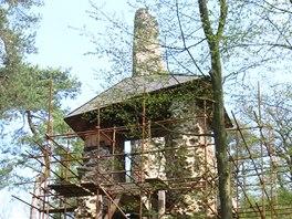 Hrad Zlenice a obnova hradní brány, torzo věže v pozadí