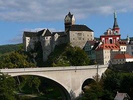 Goticko-románský hrad se pyšně tyčí nad Loktem už od 12. století