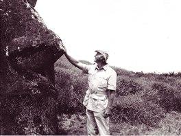 Thor Heyerdahl se sochou moai na Velikonočním ostrově.
