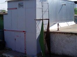 Domek tvoří dva kontejnery a různé přístavby.