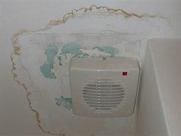 Ventilátorem v podhledu WC zatéká.