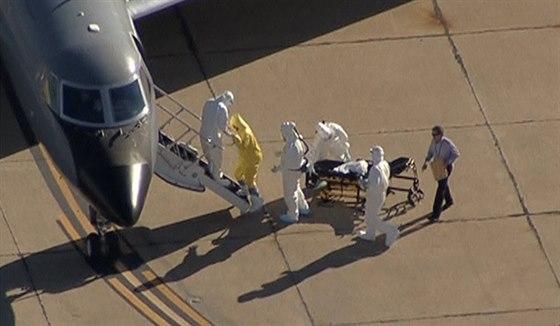 Převoz Amber Vinsonové, zdravotní sestry nakažené ebolou, do nemocnice v Atlantě (15. října 2014).