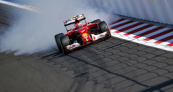 NA BRZDY. Kimi Räikkönen s vozem Ferrari na okruhu v Soči.