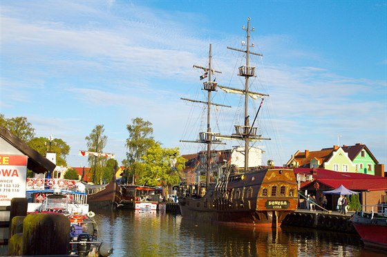 Kanál Chelst v Łebě je přístavem nejen pro rybářské, ale i výletní lodě.