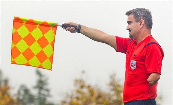 Fotbalový rozhodčí Jiří Říha v dětství přišel o levou ruku.