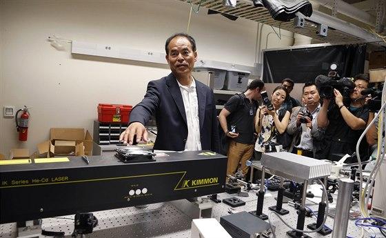 Nakamura v laserové laboratoři Kalifornské univerzity po zisku Nobelovy ceny