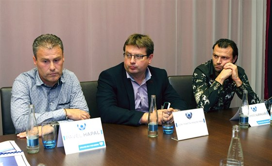 JEDN�N�. Pavel Hapal (vlevo) a Tom� Ujfalu�i (vpravo) sed� za jedn�m stolem s olomouck�m prim�torem Martinem Majorem.