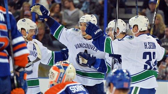 OSLAVA. Radim Vrbata z Vancouveru slaví s bratry Sediny gól v síti Edmontonu.