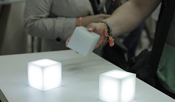 Svítící kostky na betonové desce - koncept funguje na principu bezdrátového přenosu energie.
