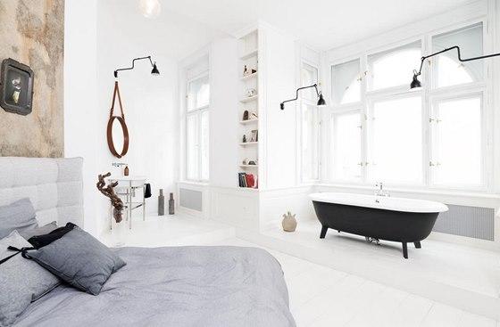 Ložnice s vanou a umyvadlem v oblé nice