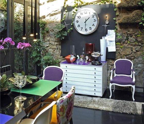 Zimní zahrada slouží také jako jídelna. Kolem stolu je celá plejáda židlí, z ...