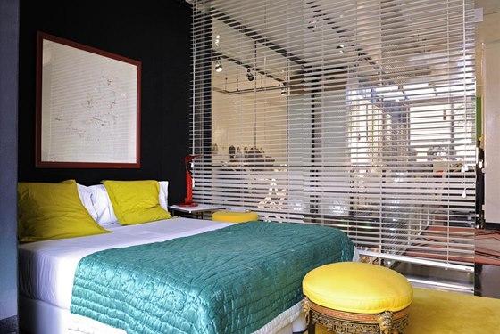Ložnice je oddělena od ostatních místností jednoduchou roletou. Estrella