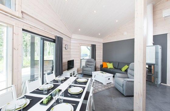 Na jídelní část navazuje hned obývací, podlahové vytápění dovoluje použití dlažby.