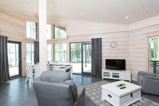 Spojený jídelní prostor s obývací částí osvětluje i okno ve štítu.